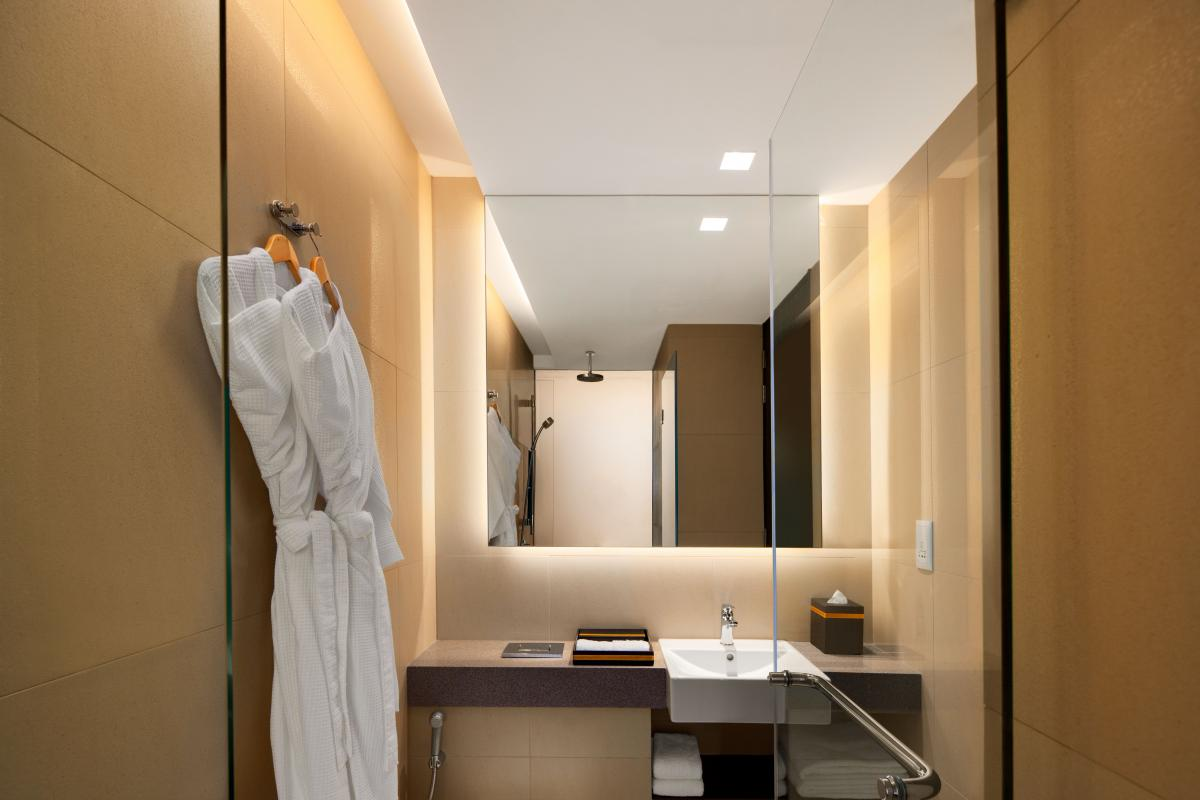 Ramada_Singapore_At_Zhongshan_Park_Bathroom_with_Bathtub